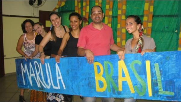 """Professores no cenário da peça """"Marula Brasil - A terra de Kianga, Thairú e o Feitor de Pão"""""""