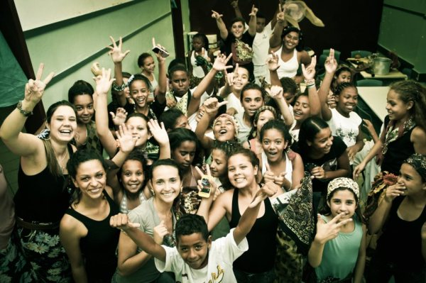 Alunos e professores eufóricos após a apresentação do teatro! (foto por Vanderson Atalaia)